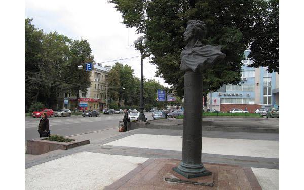 Памятник А.С. Пушкину у Академического театра оперы и балета