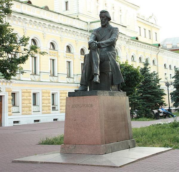 Памятник Добролюбову