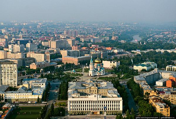 Успенский кафедральный собор, на переднем плане здание Правительства Омской области